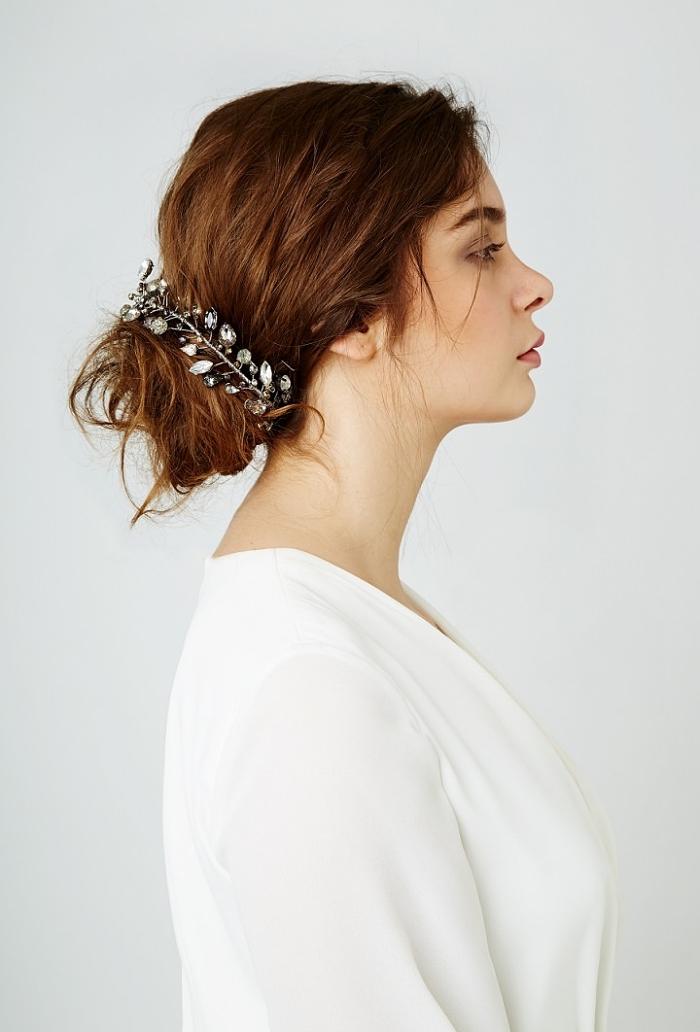 chignon mariée coiffé décoiffé accessoirisé avec un bijou à cheveux, coiffure de mariée sur cheveux longs ondulés