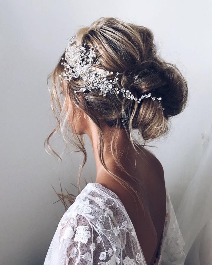 chignon mariée bohème chic accessoirisé avec bijou de cheveux en strass, coiffure de mariée avec chignon bas volumineux