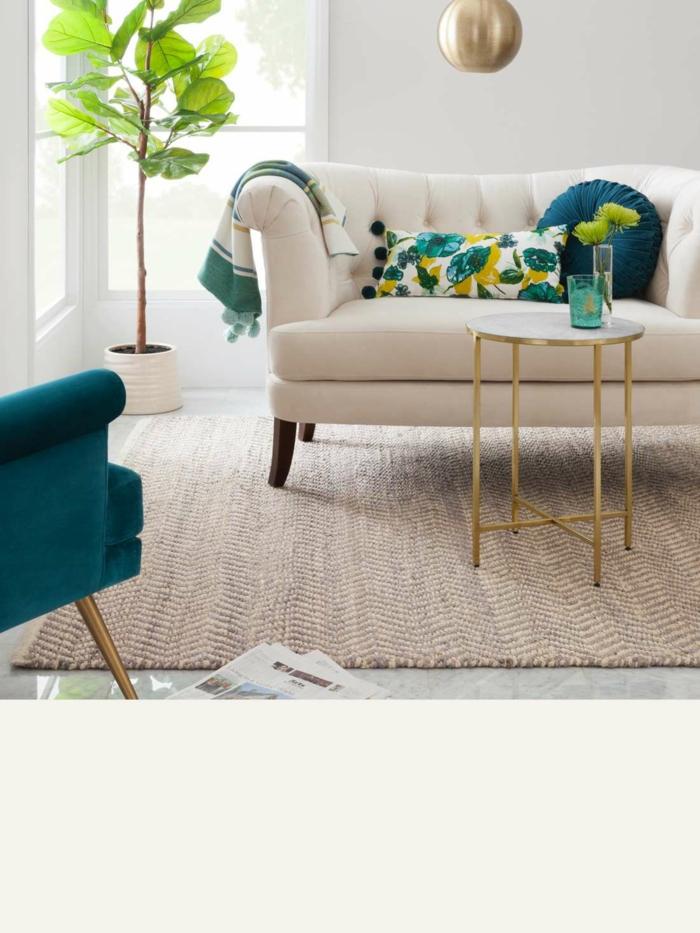 Blanche canapé avec deux sièges, arbre vert, vase de fleurs, tapis et couverture, choisir un canapé moderne