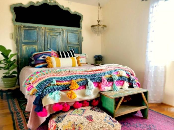 que faire avec des vieilles portes, projet relooking porte bois avec peinture, fabriquer une tête de lit en porte vintage
