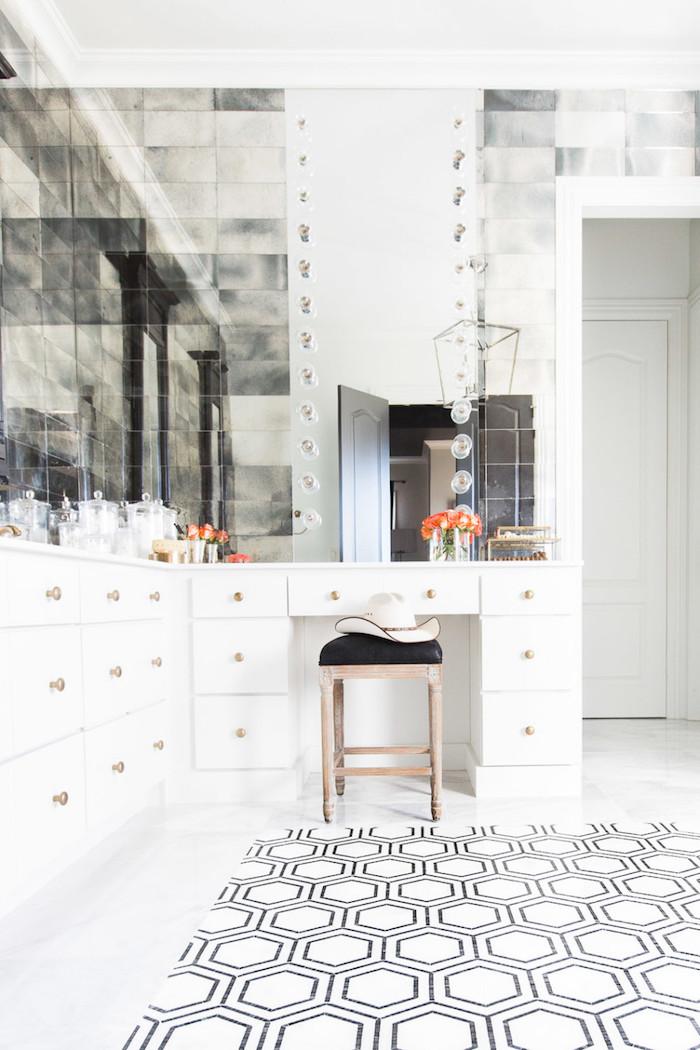 Rangement maquillage et linges dans une salle de bain noir et blanc luxueuse, salle de bain zen, cool idée comment décorer