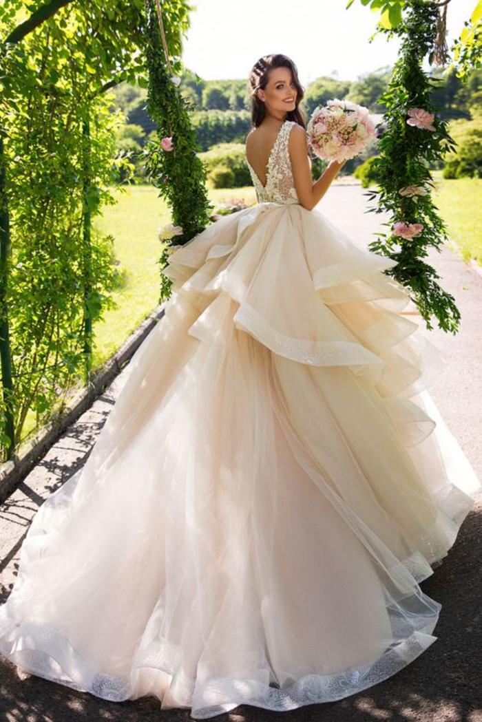 Bouquet de mariée ronde pivoines et roses, robe de mariée pour petite, robe de mariee princesse avec traine et voile