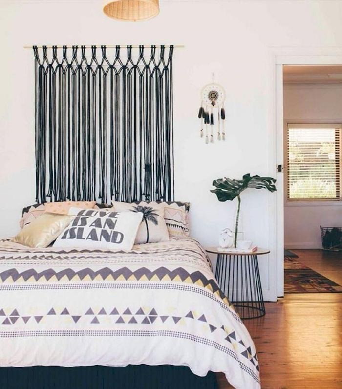 exemple de tete de lit bois flotté avec noeuds macramé, décoration de style bohème chic dans une chambre blanche
