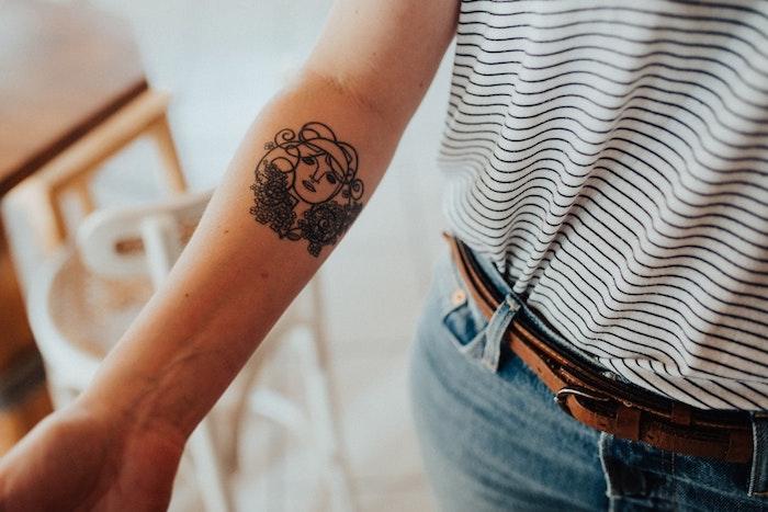 Visage tatou sur la main, originale idée dessin pour un tatouage manchette homme, tatouage avant bras