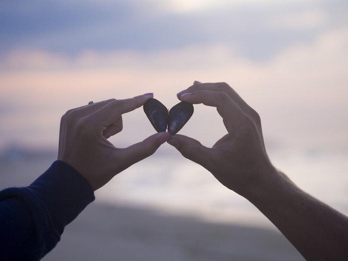 Photo fete des meres, deux mains qui tiennent des pierres en forme de coeur, bonne fete maman, images gratuites pour la fete des meres