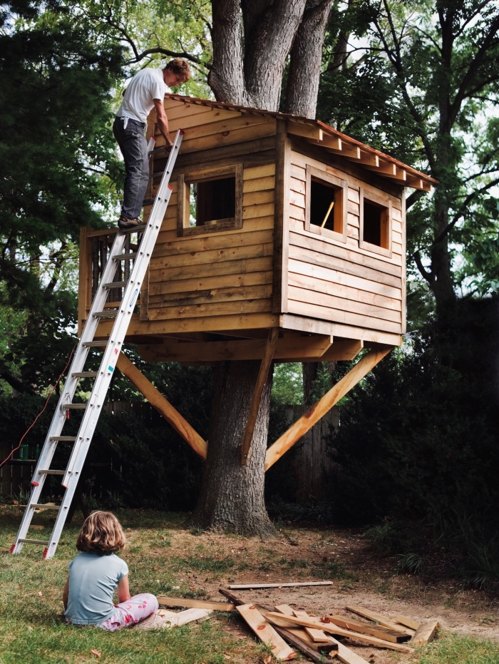 petite maison bois dans le jardin, comment construire une cabane soi-même, modèle de cabane dans les arbres avec échelle