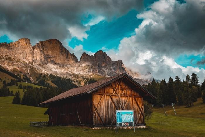 quelle lumière pour de jolies photos, exemple paysage dans les montagnes, fond écran avec ciel bleu à nuages grises
