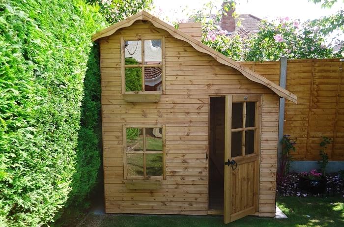 fabriquer un abri de jardin avec des palettes, modèle petite cabane en bois pour jardin, créer un coin extérieur jeu