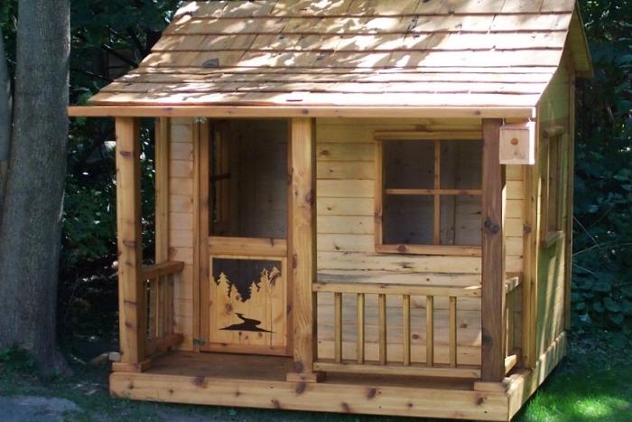 idée cabane pour enfant, comment réaliser soi-même une maison bois pour jardin, créer un coin de jeux extérieur