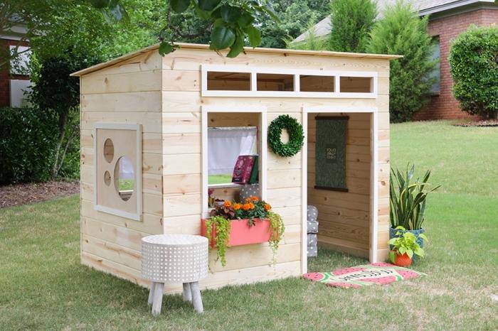 idée abri de jardin en palette ou bois, construire une maison bois pour jardin, exemple coin jeux d'enfant extérieur