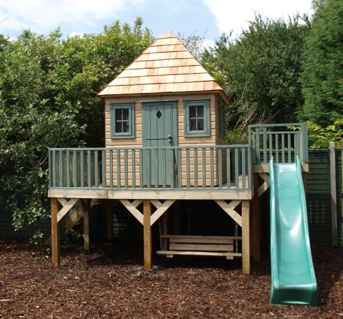 modèle de cabane en bois DIY avec toboggan et échelle, idée construction maison sur pilotis avec terrasse bois