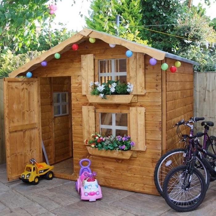 idée comment décorer la façade d'une petite maison jardin en bois, construire un coin de jeux pour les enfants