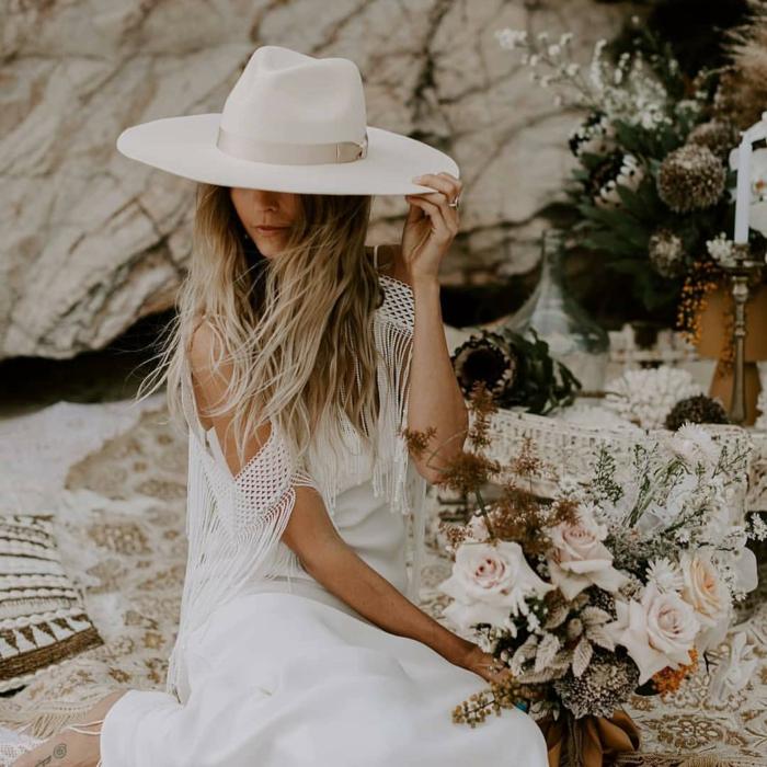 mariée champêtre, chapeau femme été blanche, bouquet de roses rose pale, dos nus