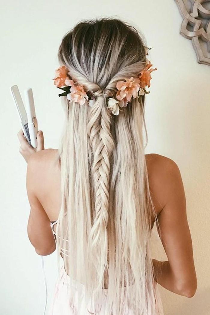 idée de coiffure facile femme constituée de mèches entortillées et tressés en tresse en épi de blé, coloration blonde et racines foncées