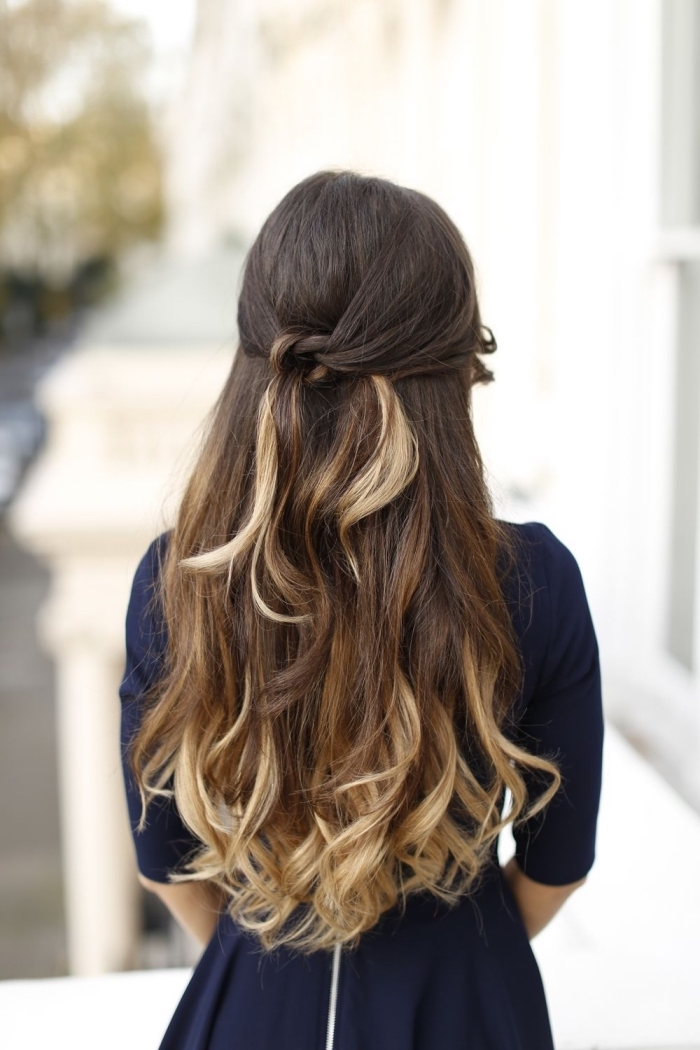 coiffure facile cheveux long avec des mèches noués en arrière de la tête, cheveux longs, ombré hair blond et autres mèches blondes
