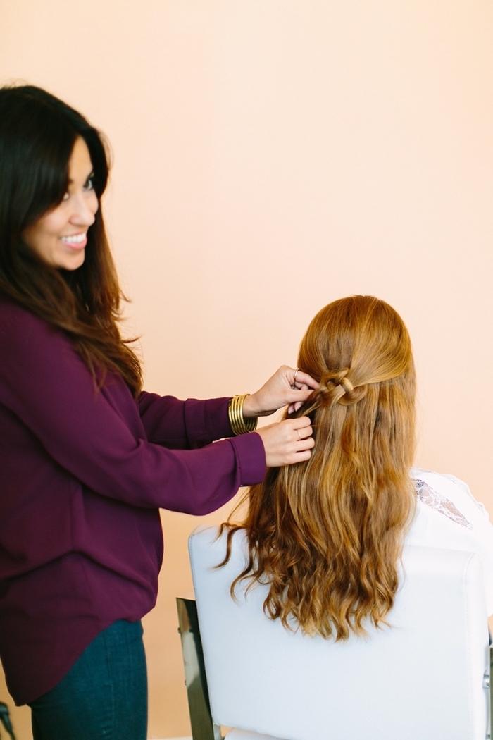 coiffure facile avec des mèches entortillées en arrière de la tête, coiffure pour cheveux longs aux bouts ondulés