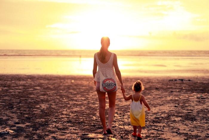 Mère et enfant au bord de la mer, belle photo au coucher de soleil mer, texte pour la fete des mere, bonne fete maman, fleurs pour la fete