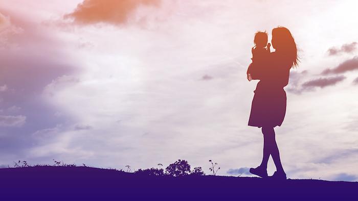 Silhouettes au coucher de soleil femme et enfant, carte fête des mères, idee fete des meres, bouquet de fleurs