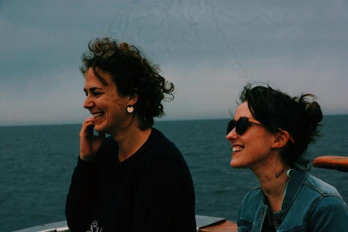 Femmes souriantes, mère et fille au bord de la mer, image fête des mères, bonne fete maman, image de printemps
