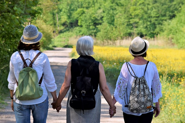 Trois générations photo mère fille et grand fille, choix cadeau fete des meres, bonne fete des meres, la beauté de la nature en carte