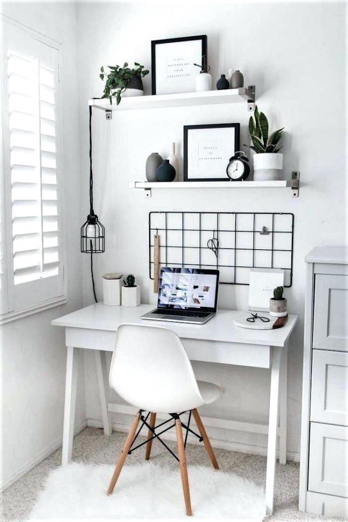 Plantes vertes sur les étagères du coin bureau blanc et noir détails, rangement livre dans la chambre à coucher, comment bien ranger sa chambre