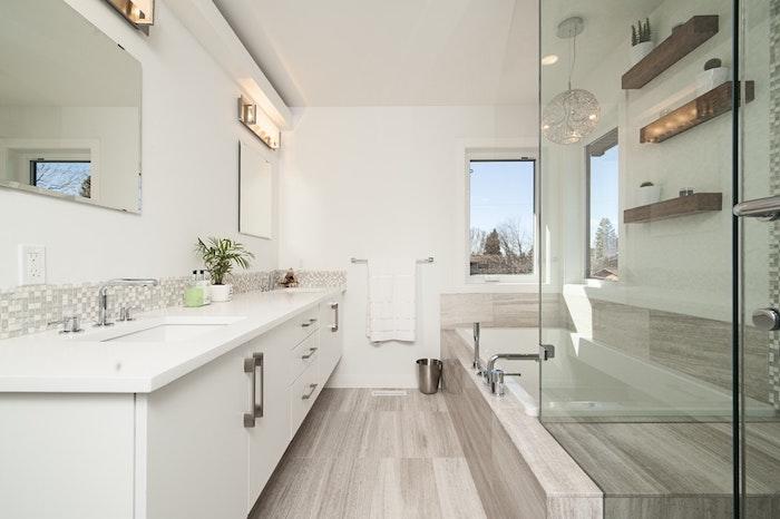 Baignoire et étagère en bois avec déco de plantes vertes, salle de bain en bois et blanc, deco salle de bain zen