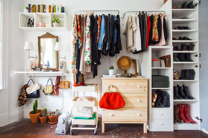 Rangement vetements ouvert, rangement vetement, comment bien ranger sa chambre bohème, couleurs à choisir