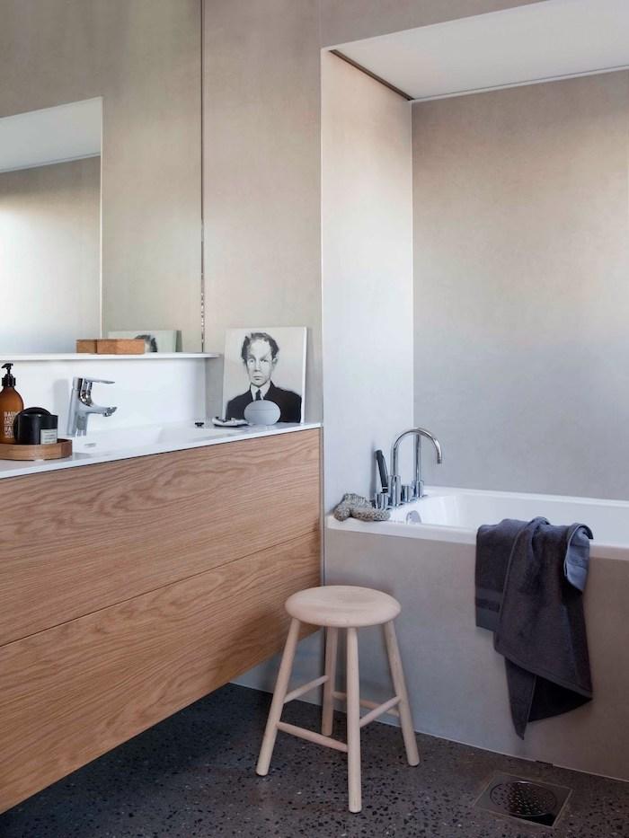 Chaise tabouret en bois, salle de bain blanche et bois, decoration petite salle de bain, déco originale gris et blanc