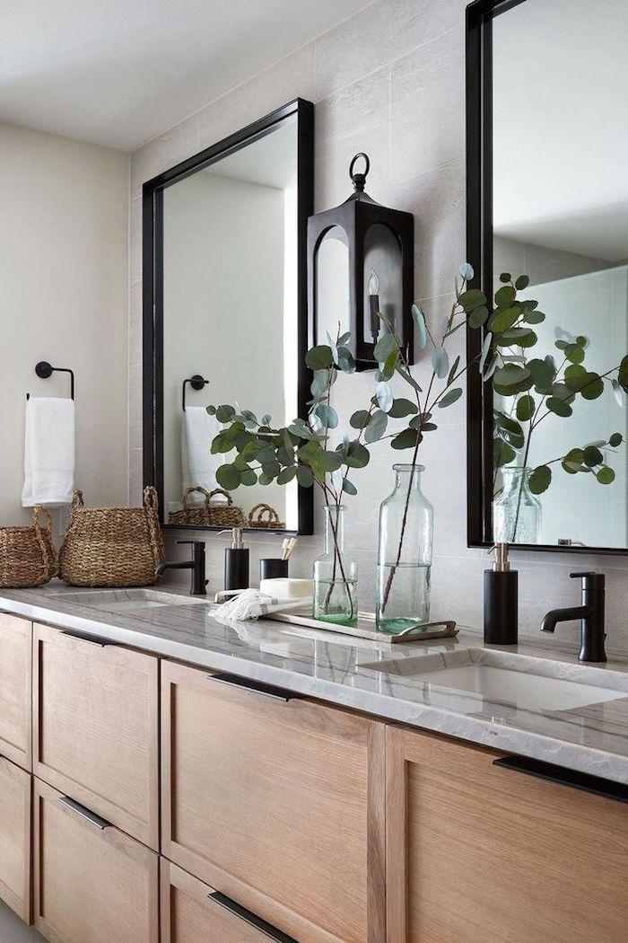 Miroirs en haut de deux lavabos, meuble lavabo avec rangement placards, plan de travail salle de bain luxueuse, modele salle de bain