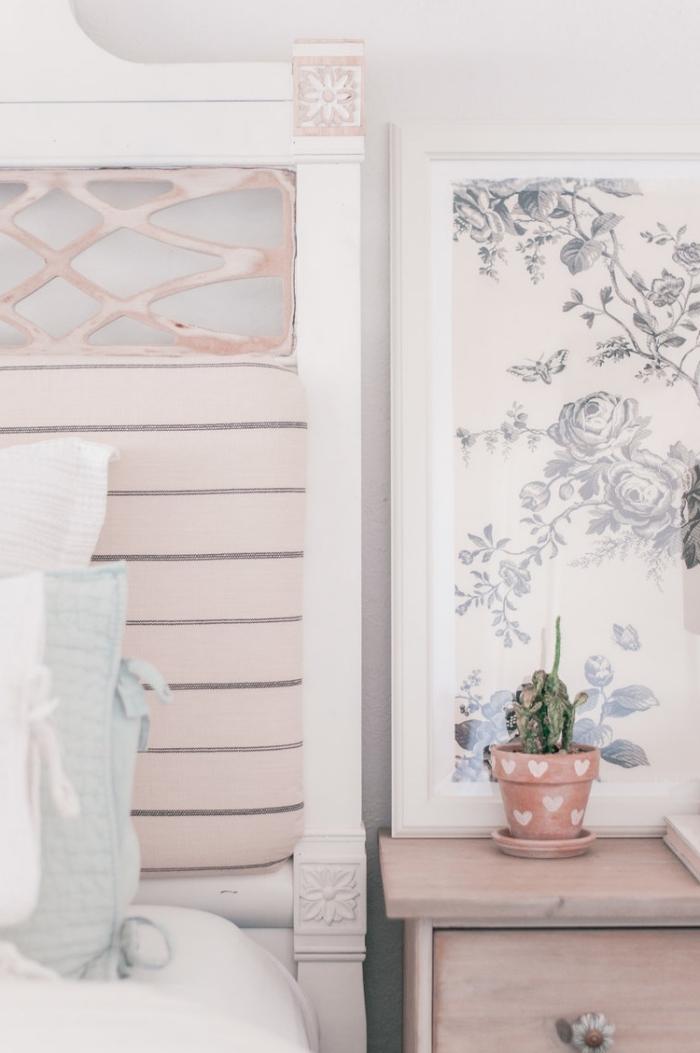 modèle de tete de lit a faire soi meme, exemple de tête de lit relookée avec morceau de papier rose pastel aux rayures grises