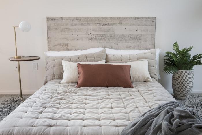 exemple de tete de lit fait maison, idée recyclage bois, comment décorer une chambre à coucher moderne avec meubles bois et métal