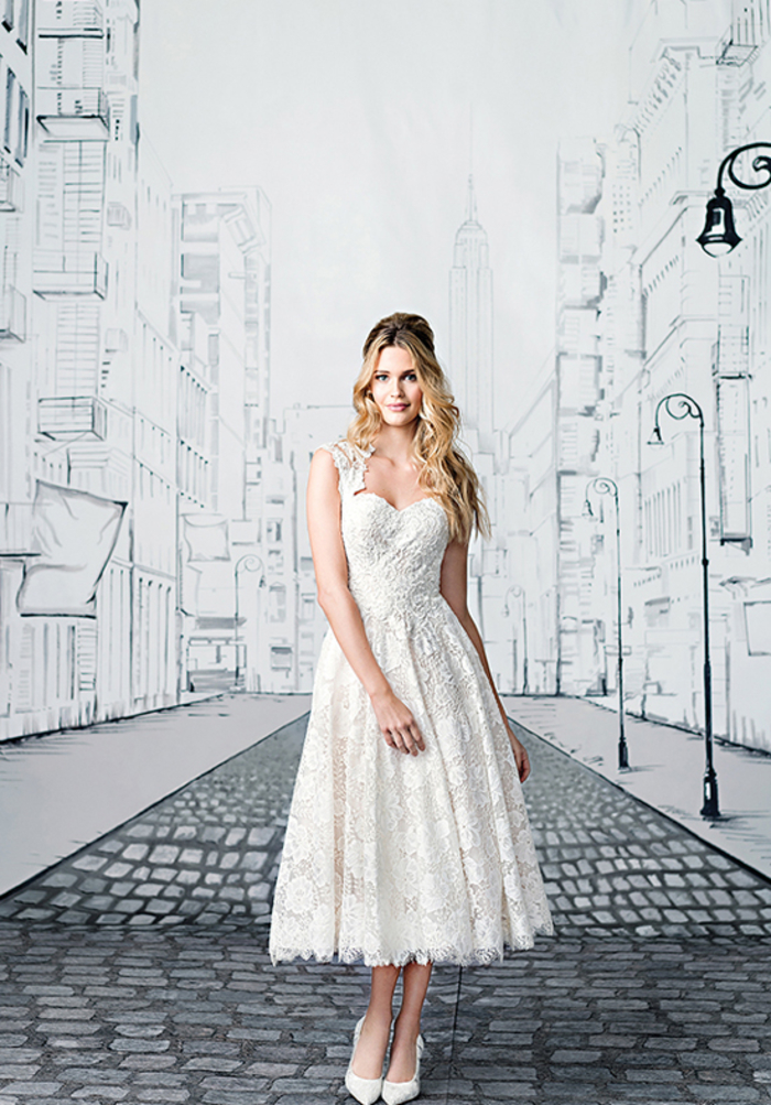 Robe de mariée mi longue, cheveux blondes longues, dentelle cool idée quelle robe choisir pour son mariage pour se sentir comme princesse, chaussures à talon