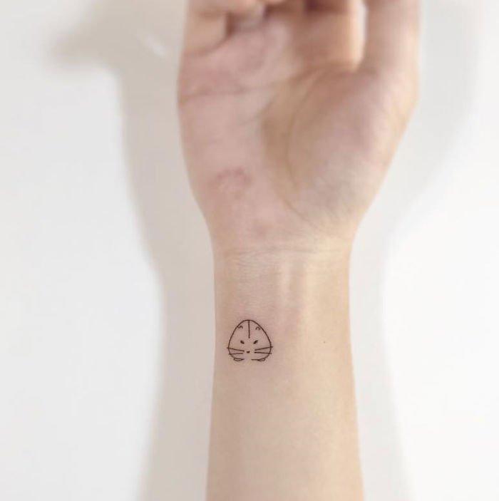 Petit hamster sur le poignet, idée de tatouage fleur, tatouage phrase, le plus beau tatouage du monde
