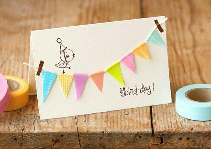 carte anniversaire 1 an décorée de petite guirlande à fanions et d'un petit dessin poussin, carte de voeux personnalisée avec fanions à offrir pour un anniversaire
