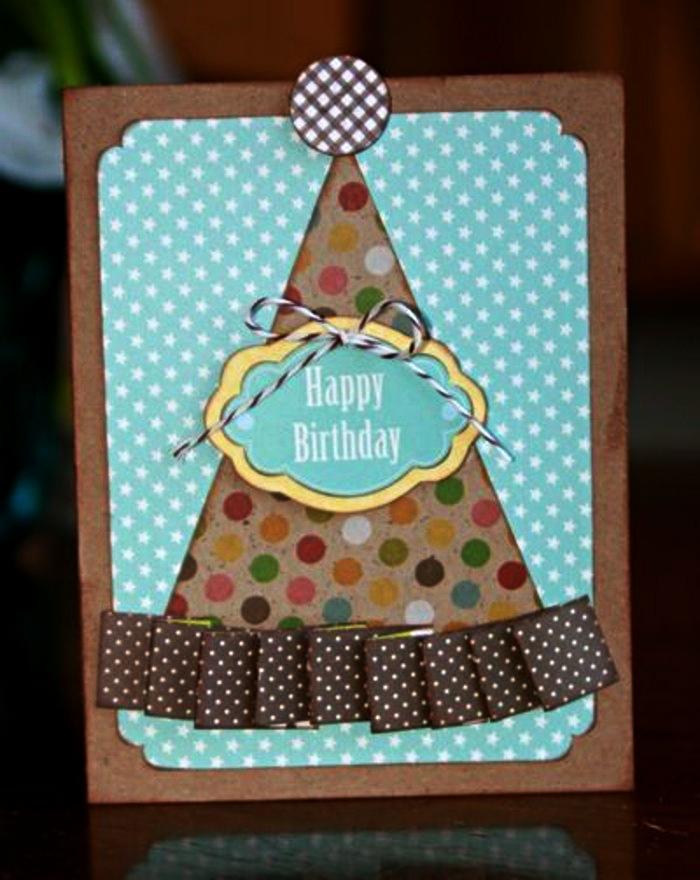 jolie carte d'anniversaire en papier kraft et en papier à pois avec motif en relief chapeau de fête coloré