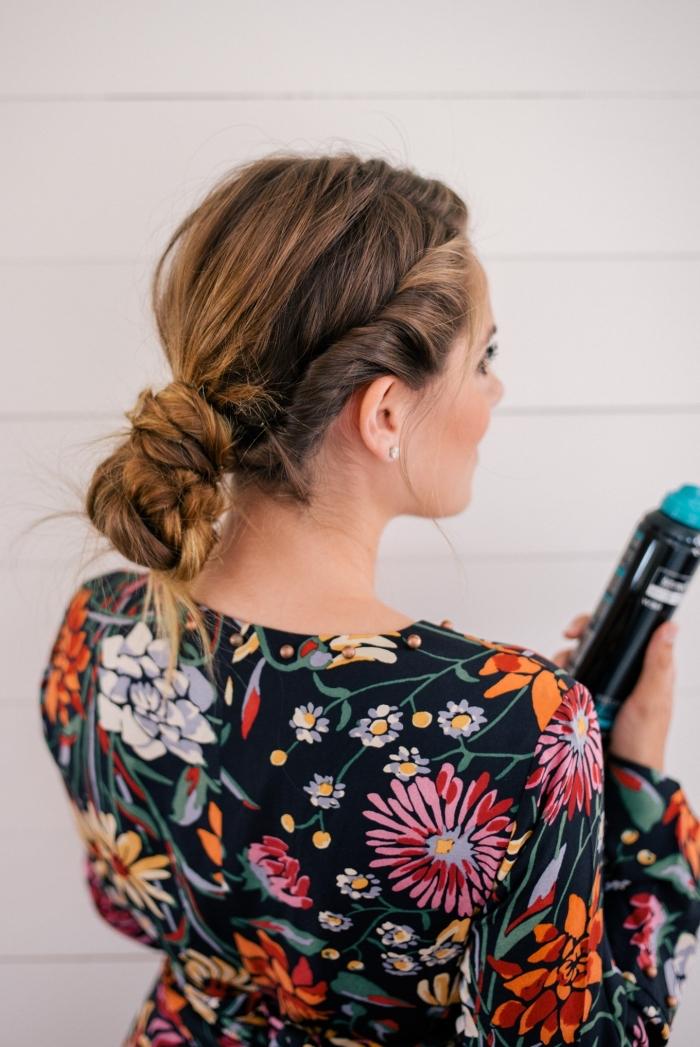 chignon bas tressé avec des mèches de coté entortillées et volume sur le dessus, modele de coiffure boheme chic décoiffée