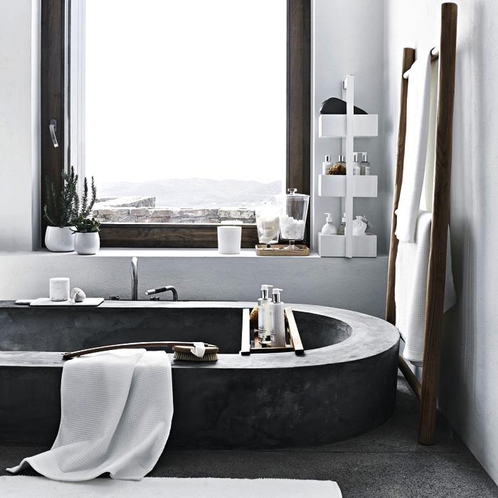 salle de bain nature et rustique avec baignoire ovale en béton ciré transformée en un coin de bien-être