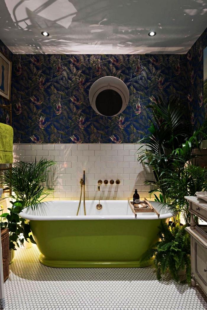 salle de bain nature avec baignoire verte et un joli papier peint intissé à motif tropical, carrelage mosaïque de carreaux hexagonaux o