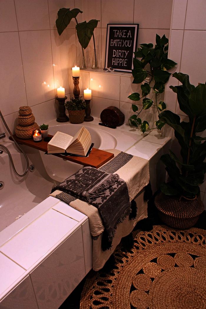 inspiration pour une salle de bain pinterest au décor bohème chic et zen, des bougies et des plantes vertes qui transforme le coin baignade en véritable spa