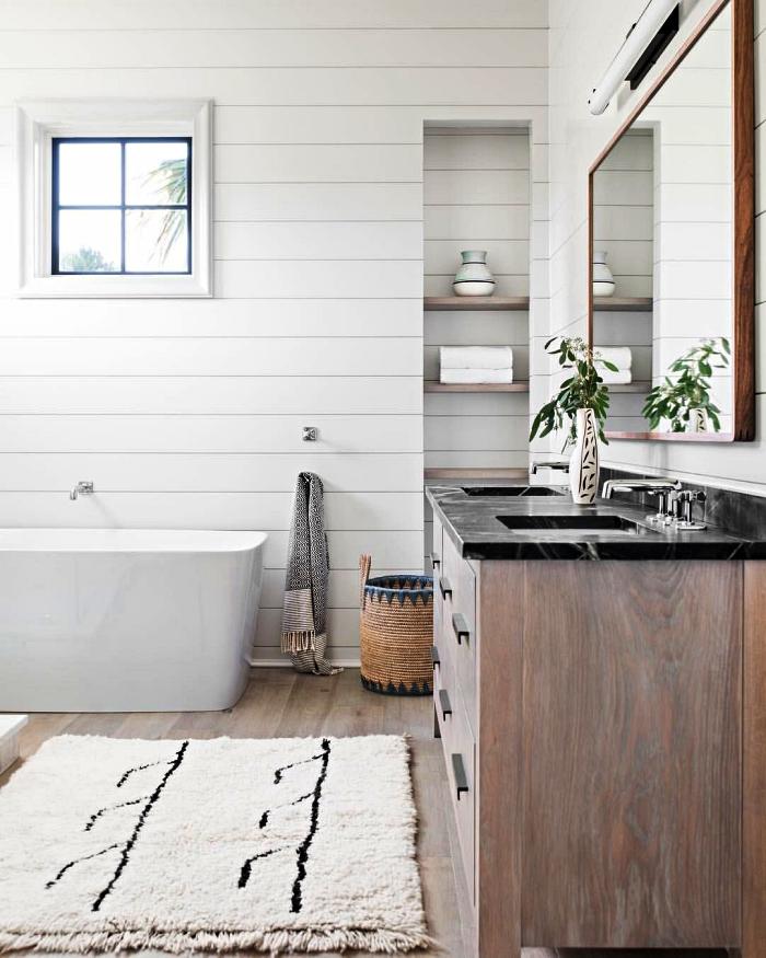 salle de bain blanche de style campagne chic avec des murs en lambris, des matériaux naturels et des textiles ethniques pour une ambiance accueillante dans la salle de bains