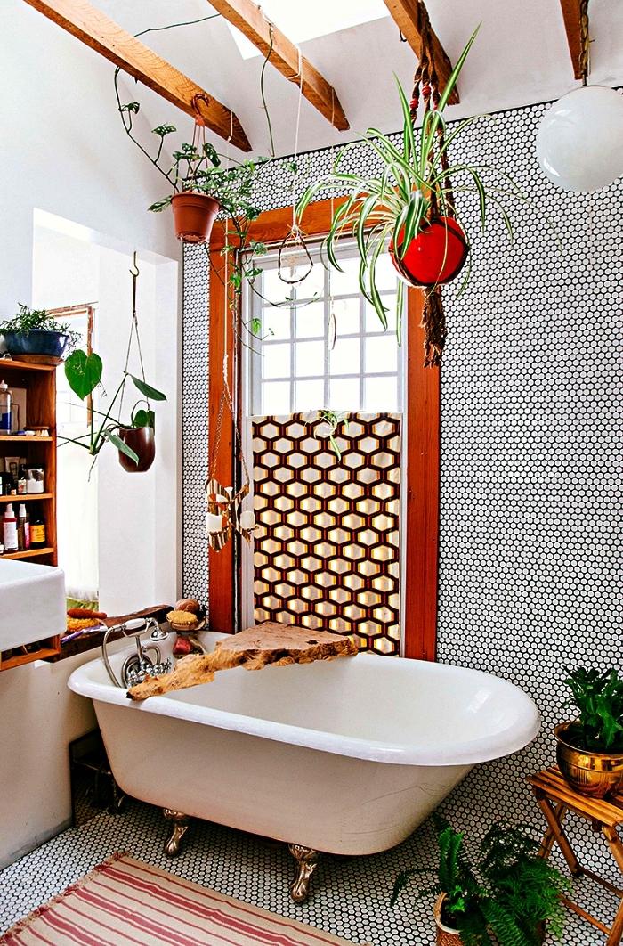 modèle de salle de bain bohème chic en blanc et bois aux accents rustiques avec baignoire, carrelage hexagonale mosaïque qui recouvre le sol et le mur