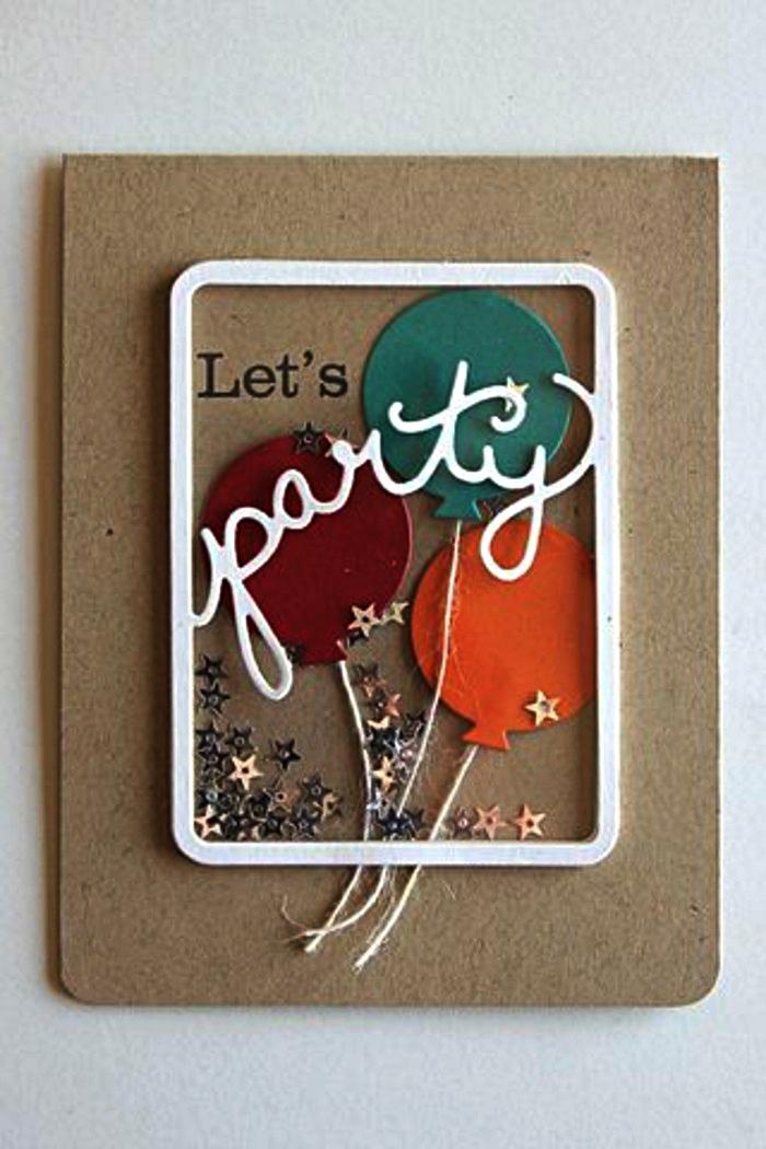 une carte d'invitation anniversaire en papier kraft décorée d'un cadre blanc, de petits ballons en papier cartonné et de petits sequins