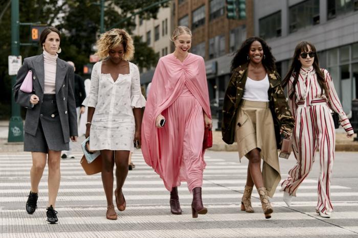 mode tendance printemps-été 2019, costume gris, veste et jupe courte, robe blanche, combinaison femme chic, jupe asymétrique, veste camouflage femme, combinaison femme chic