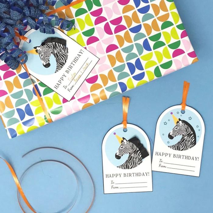 modele carte anniversaire à imprimer en forme d'étiquette cadeau à dessin zèbre, emballage cadeau personnalisé avec étiquette cadeau