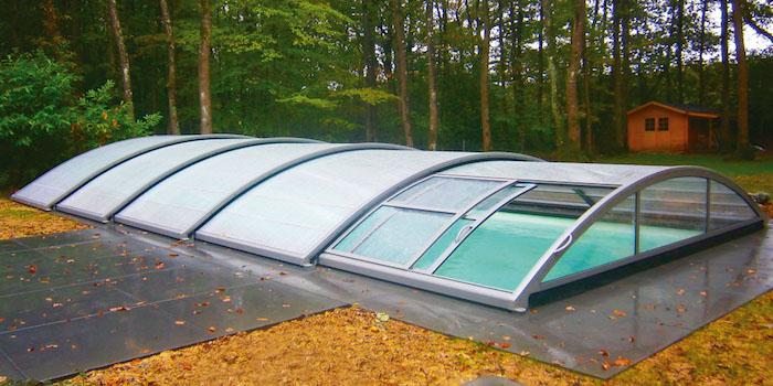 abri de piscine bas pour pouvoir baigner sous la toiture et maximiser l'économie d eau chaude, modele piscine jardin