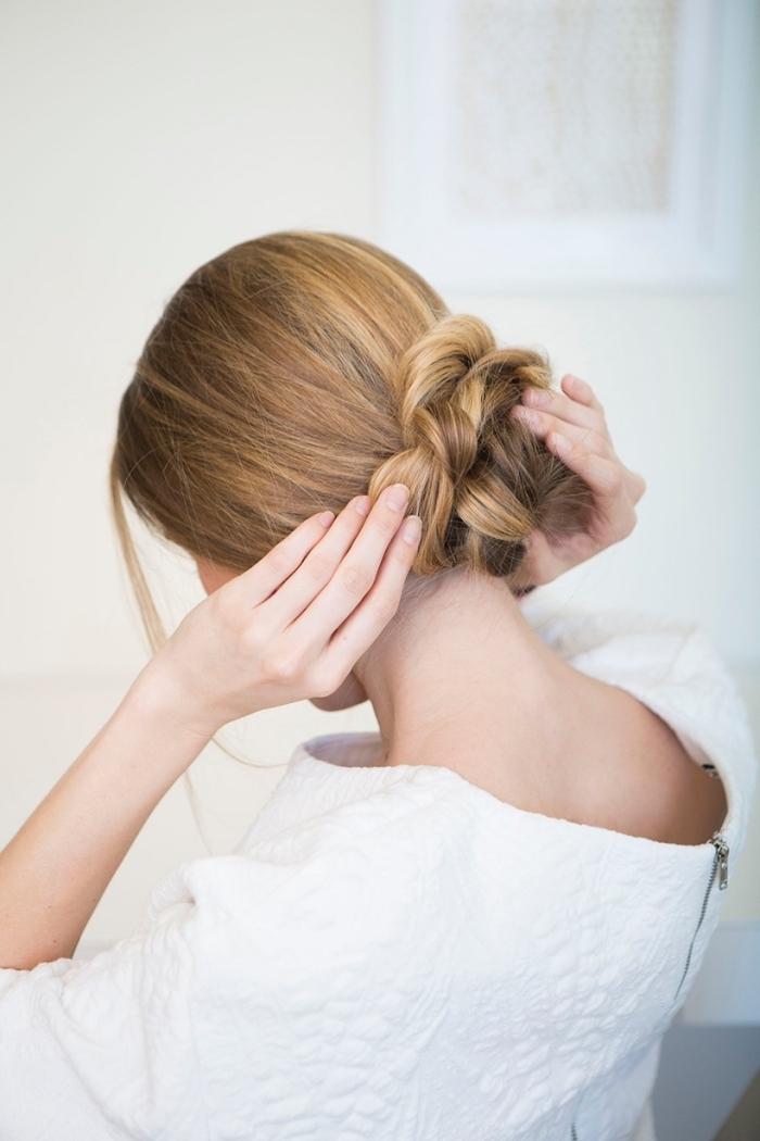 modèle de chignon fausse tresse floue style boheme chic, mèches libres encadrant le visage, coiffure facile a faire