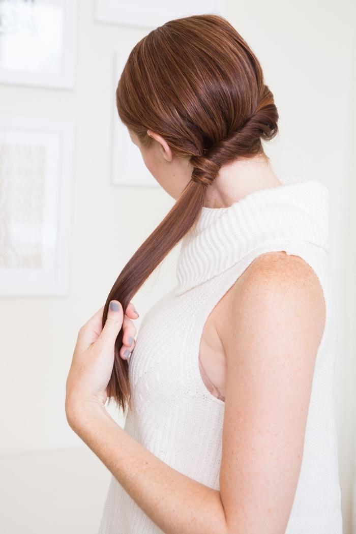 queue de cheval femme faicle a faire à partir d une mèche entortillée, queue de coté cheveux longs chatain lisses