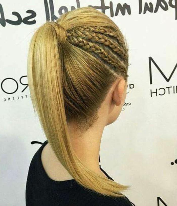 trois tresses africaines de coté et queue de cheval haut sur cheveux couleur blond, coiffure de soirée intéressante