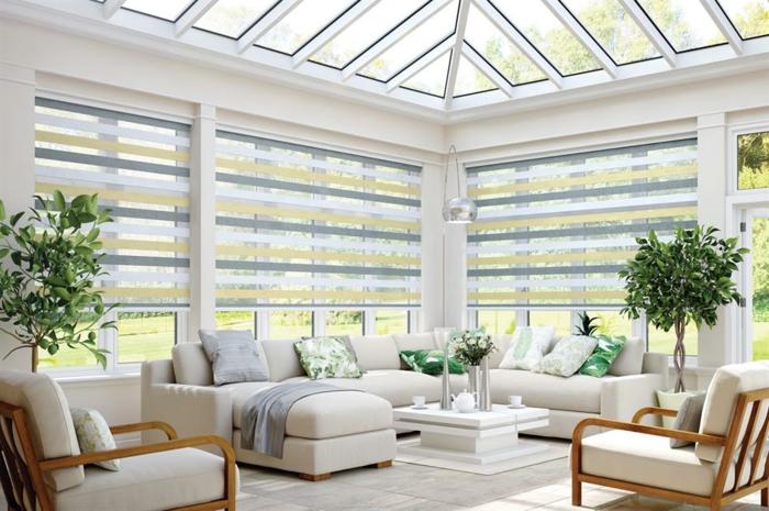 véranda blanche, sofas blancs, arbres décoratifs, rideaux à rayures, tapis blanc, sofa d'angle blanc