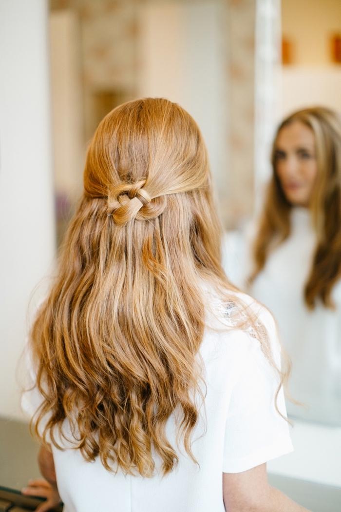 coiffure cheveux long avec des mèches blondes entortillées en arrière de la tête, idée de demi queue en forme de fleur, cheveux longs aux bouts ondulés